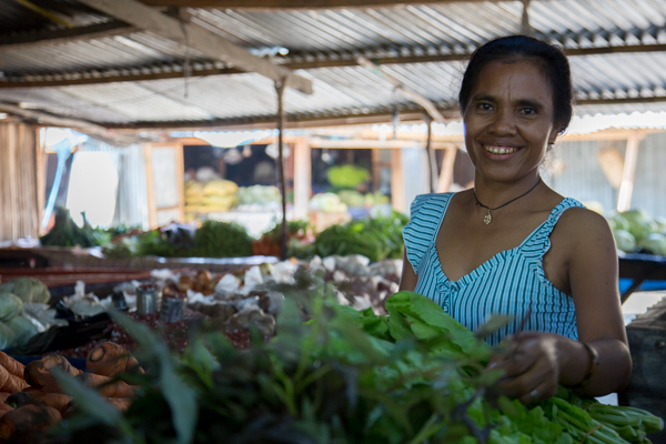 These female farmer has found a new business opportunity in selling young Hohrae 2 sweet potato leaves in Liquica market © Alexia Skok/Seeds of Life
